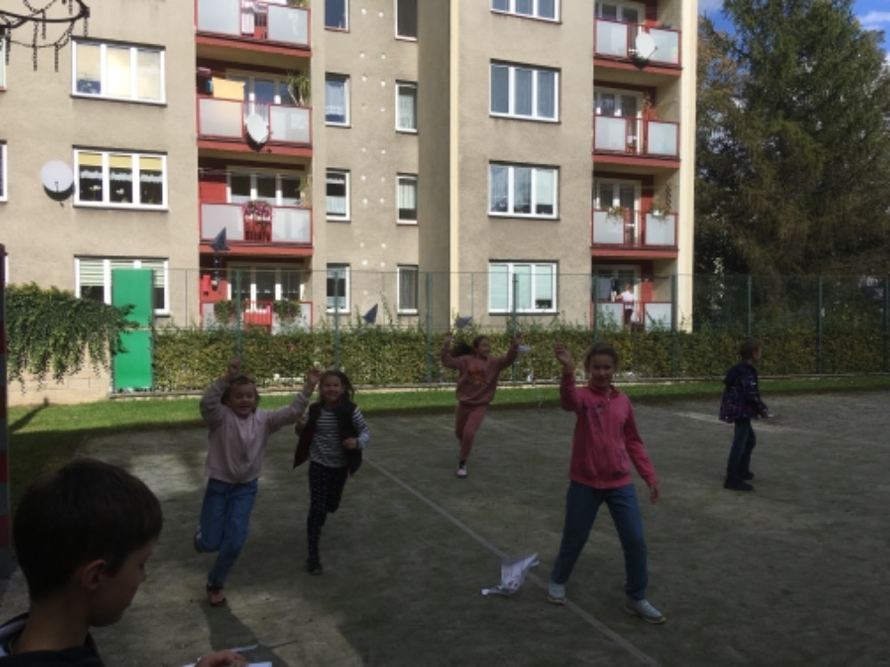 Zabawa z latawcami na boisku